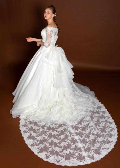 65fbb3a0a663a サッシュベルトで少しお色を入れて、イメージチェンジも出来ちゃいます♡ 姫の着こなしで簡単アレンジ出来る、人気のウェディングドレスです!